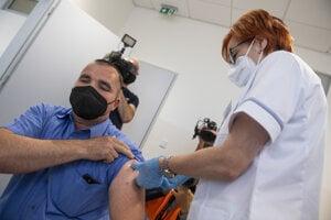 Bratislavský Volkswagen zabezpečil očkovanie zamestnancom na pracovisku.