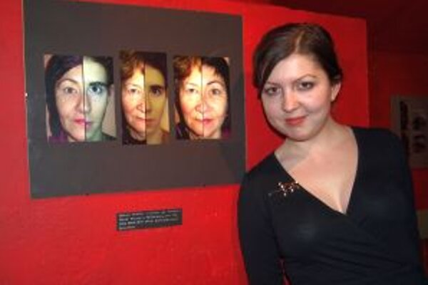 Ivona Pekárková a s fotografiami troch generácií jednej rodiny.