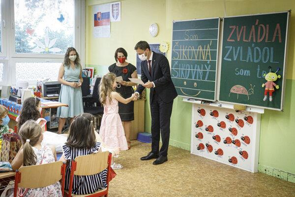 Predseda vlády odovzával vysvedčenia na škole, kde sám študoval.