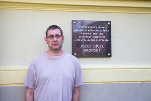 Historik Karol Hollý pri tabuli na kremnickej škole.