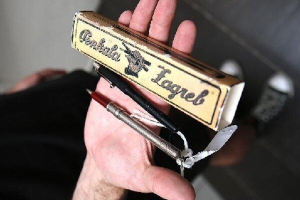 Mechanickú ceruzku vdarčekovom balení dostalo mesto Liptovský Mikuláš vroku 2002 od veľvyslankyne Chorvátska , je na nej nápis PATENT PENKALA ZAGREB 1906 1991 REPRINT 012056. Múzejníci majú aj ceruzku v strieborno-bordovom farebnom prevedení, snápisom PATENT E. PENKALA D. R. Posledným majiteľom bol Martin Sokol, ktorý zomrel r. 1980 vLiptovskom Mikuláši-Palúdzke, od ktorého ju Múzeum Janka Kráľa získalo darom.