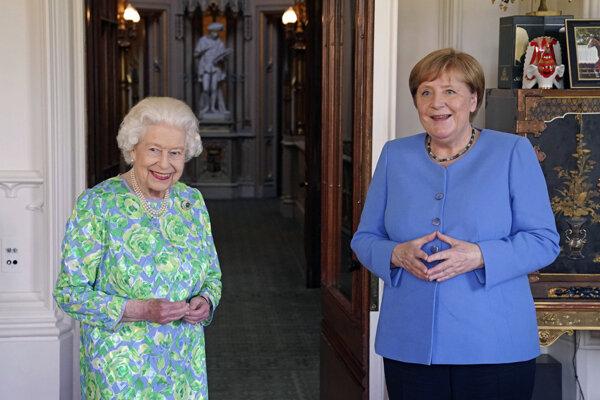 Britská kráľovná Alžbeta II. s nemeckou kancelárkou Angelou Merkelovou.