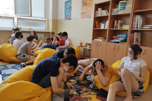 Mesiace strávili žiaci vo svojich izbách, konečne sa videli so spolužiakmi.