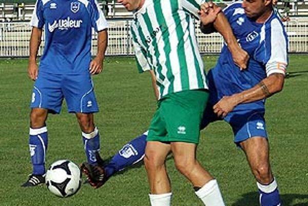 Zlaté Klasy v 5. kole porazili Lehnice 3:0. V zeleno-bielom domáci Kordanič medzi Andrássym (vľavo) a Csöllem.