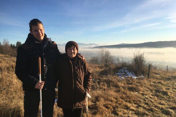Na prechádzke s mamou na neďalekom kopci.