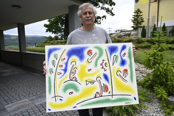 Na snímke výtvarník Jozef Vydrnák pózuje s obrazom, ktorý vytvoril počas sympózia.