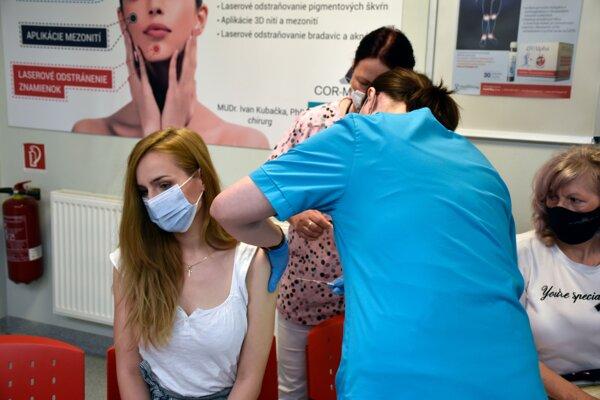 Súvis medzi očkovaním a úmrtím sa na Slovensku doteraz ukázal v štyroch prípadoch.