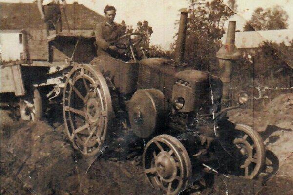 Mechanizmy zroku 1950. Na takýchto strojoch sa vpäťdesiatych rokoch pracovalo vpoľnohospodárstve.