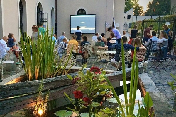 Premietanie otváracieho filmu medzinárodného filmového festivalu v Cannes zožalo v Lučenci úspech hlavne vďaka výbornému občerstveniu.