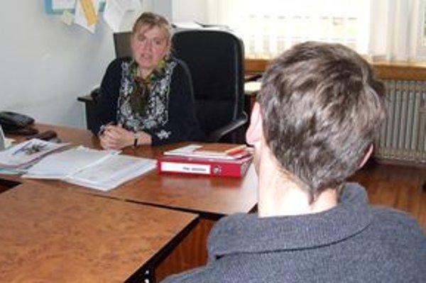 Riaditeľka školy s mladým katechétom.