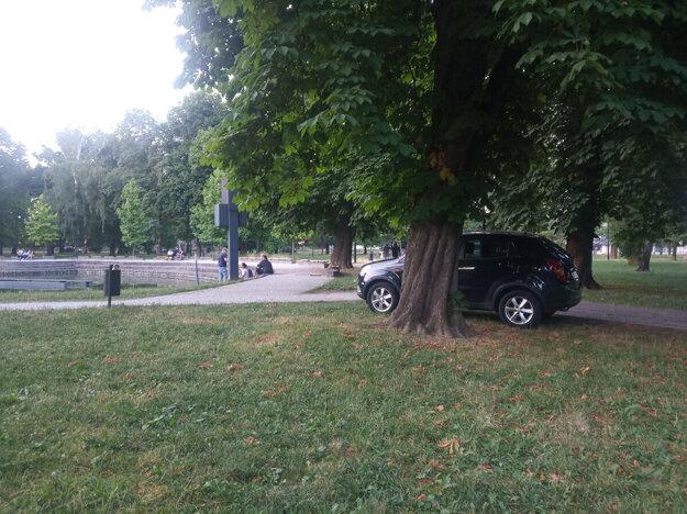 Pri fontáne v Mestskom parku býva zaparkované auto, mesto vraví, že po ukončení prác sa vjazdy stanú sporadickými.