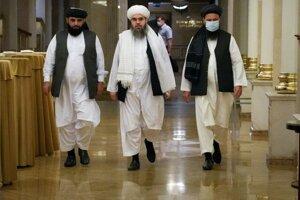 Predstavitelia Talibanu na rokovaniach v Moskve. Zľava  Suhil Šahín, Mawláwí Šahabuddín Diláwar a Mohammad Naim.