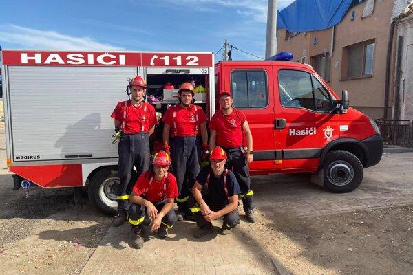 Pätica dobrovoľných hasičov pomáhala v Hruškách, v moravskej obci postihnutej tornádom.