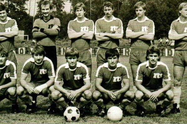 Futbalový tím ZŤS Martin zo sezóny 1984/1985, účastník I. Slovenskej národnej ligy. Horný rad zľava: J. Huťka, Libo, Puvák, Korček, Ondrejčik, Vereš. Dolný rad zľava: Grňa, Ľ. Kunert, Macho, Plazák, Chovan.