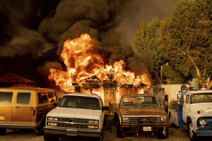 Požiar ničí domy v obci Doyle v Kalifornii.