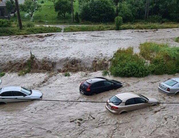 Dravý prúd v Jarabine unášal autá.