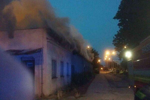 Hustý dym stúpal z budovy.