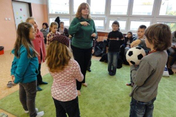 Učitelia a študenti z Belgicka videli bežný školský deň aj v ZŠ Benkova.