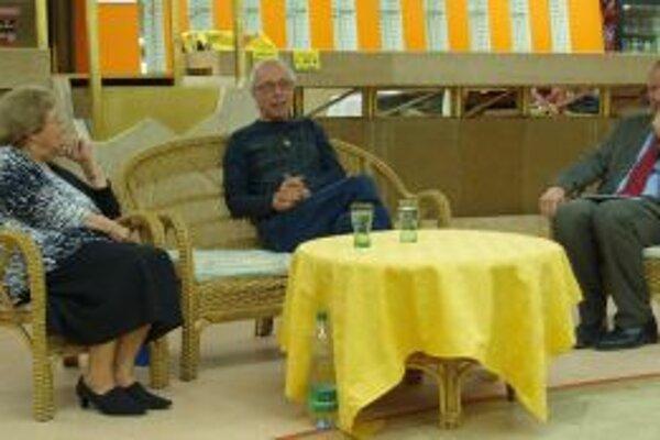 Karol Pieta (v strede) počas svojho večera v DAB. Predstavili ho Eva Ruthová z LKJJ a Matej Ruttkay z Aú SAV v Nitre.