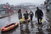 Obyvatelia použili na evakuáciu nafukovacie člny.