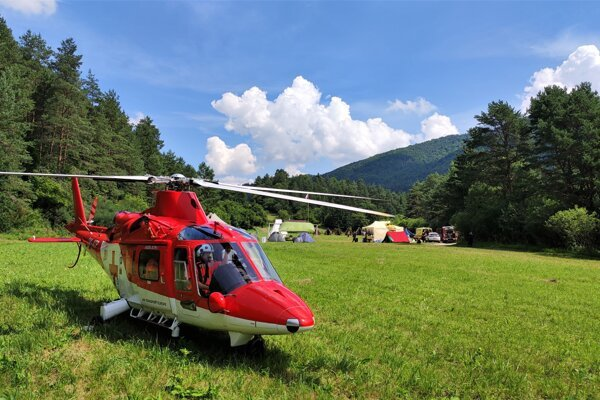 Trenčianska posádka pristála s vrtuľníkom pri mieste udalosti.