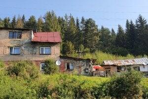 V osade je aj 5 nelegálnych obydlí, kde žijú mladí Rómovia s rodinami.