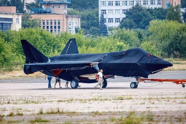 Nové bojové lietadlo zakryté plachtou vyfotografovali v piatok pri odťahovaní na parkovacie miesto na letisku Žukovskij.