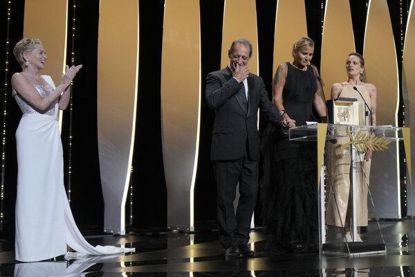 Herečka Sharon Stone tlieska predstaviteľom víťaza Zlatej palmy v Cannes - režisérke filmu Titane Julii Ducournau (druhá sprava) a hereckým predstaviteľom Agathe Rousselle a Vincentovi Lindonovi.