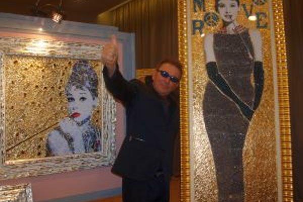 Daniele Dondé so svojimi obrazmi - Audrey Hepburn (vpravo) bola s 30-tisíc Swarovského kryštálmi najdrahším obrazom nitrianskej výystavy.