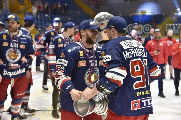 Mikko Nuutinen a Allan McPherson s majstrovskou trofejou