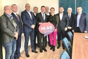 V rámci VÚC vznikla platforma politickej strany HLAS – SD na čele slídrom Igorom Éderom (tretí zľava).