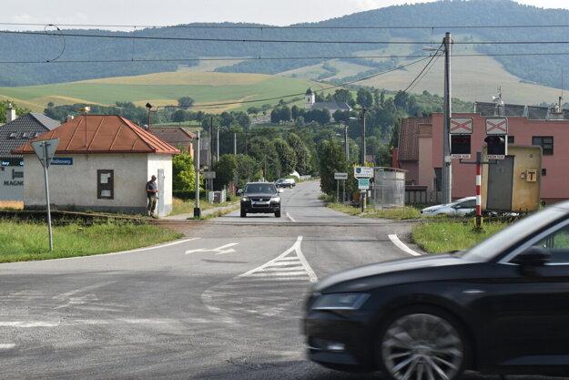 Úsek pri vstupe do obce Rožkovany plánujú opraviť. Pri križovatke a na železničnom priecestí už vyhaslo niekoľko ľudských životov.