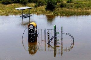 Detské ihrisko zaplavené riekou Morava z Cyklomosta slobody.