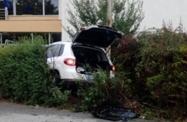 Takto v kríkoch skončil volkswagen v utorok ráno po zrážke s iným volkswagenom na križovatke ulíc Hlinkova a Komenského v Košiciach.