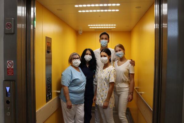 Personál Kliniky infektológie a cestovnej medicíny vo výťahu so špeciálnym žiaričom.