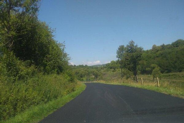 Zaplataná a deravá cesta pri Ábelovej je už minulosťou.