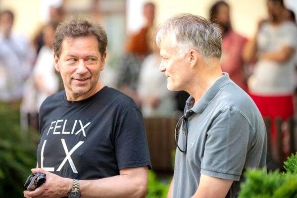 Karol Felix sdlhoročným kamarátom, básnikom Erikom Ondrejíčkom, počas vernisáže novej výstavy vNitre.