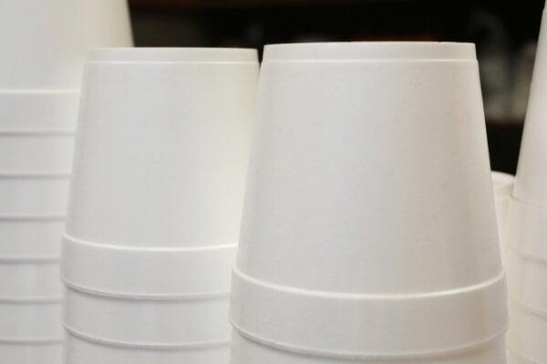 Zákaz jednorazových plastových obalov bol podľa VKI len prvým krokom správnym smerom, ďalšie musia nasledovať.