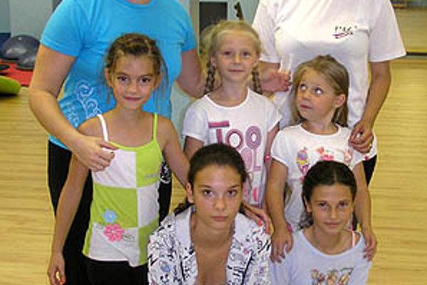 Časť pretekárok Krasoklubu mesta Nitra počas prípravy na suchu. Vľavo trénerka Lucia Starovičová.