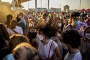 Návštevníci tancujú na festivale v Barcelone.