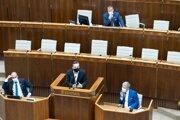 Hore predseda parlamentu Boris Kollár, vpravo dole minister zdravotníctva Vladimír Lengvarský počas vystúpenia Ľuboša Blahu zo Smeru v parlamente. Vľavo poslanec za OĽaNO Marek Šefčík.