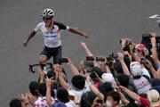 Ekvádorčan Richard Carapaz triumfuje v olympijských pretekoch.