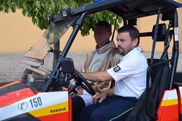 Jazdu na novej štvorkolke si vyskúšal aj Janko Uskoba, miestny správca farnosti.