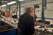 Rukami pracovníčok prejde denne zhruba osem ton odpadkov.