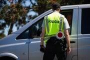 Policajt vykonáva hraničnú kontrolu pri vstupe na Slovensko na slovensko - maďarskom hraničnom priechode Bratislava — Rajka.