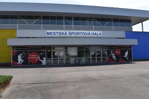 Mestská športová hala v Humennom potrebuje klimatizáciu, myslí si časť poslancov. Športovcom slúži od roku 2007.