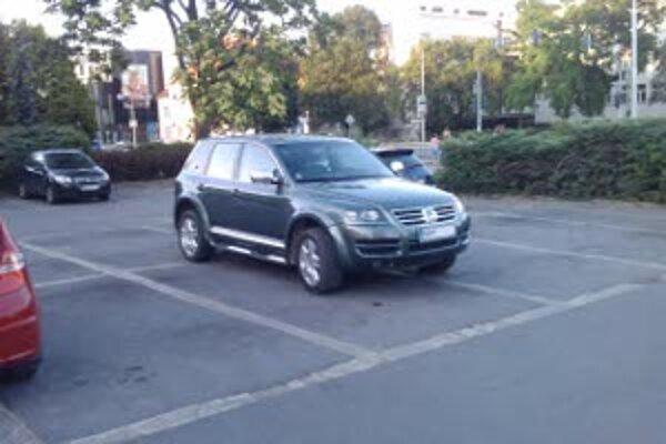 Parkovisko pri nitrianskom mestskom úrade. Jedno auto zabralo štyri miesta.