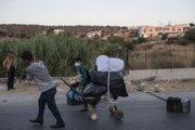 Migrant tlačí kôš s osobnými vecami po ceste na gréckom ostrove Lesbos.