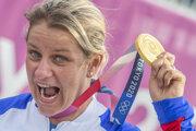 Slovenská strelkyňa Zuzana Rehák Štefečeková sa teší na pódiu zo zisku zlatej medaily.