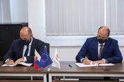 Minister obrany Cyperskej republiky Charalambos Petrides a slovenský minister obrany Jaroslav Naď podpisujú Memorandum o porozumení medzi ministerstvami obrany oboch krajín na ministerstve obrany Cyperskej republiky v Nikózii.